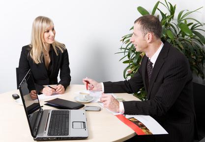 Homme et femme au bureau